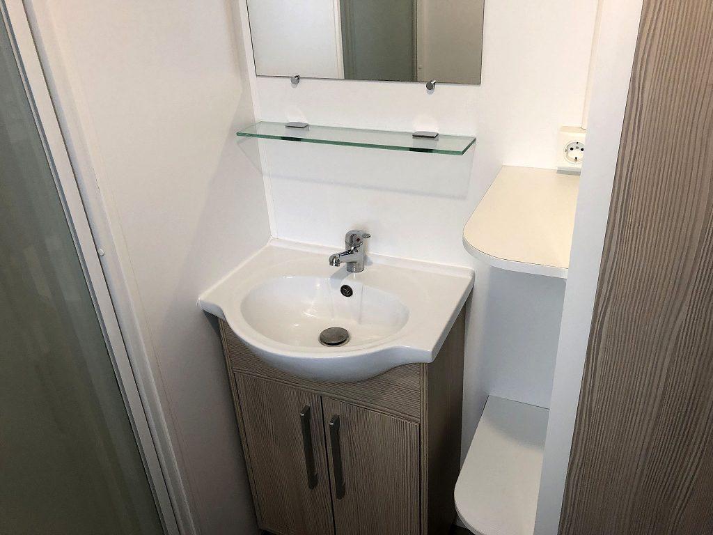 Wasbak in de badkamer met stopcontact