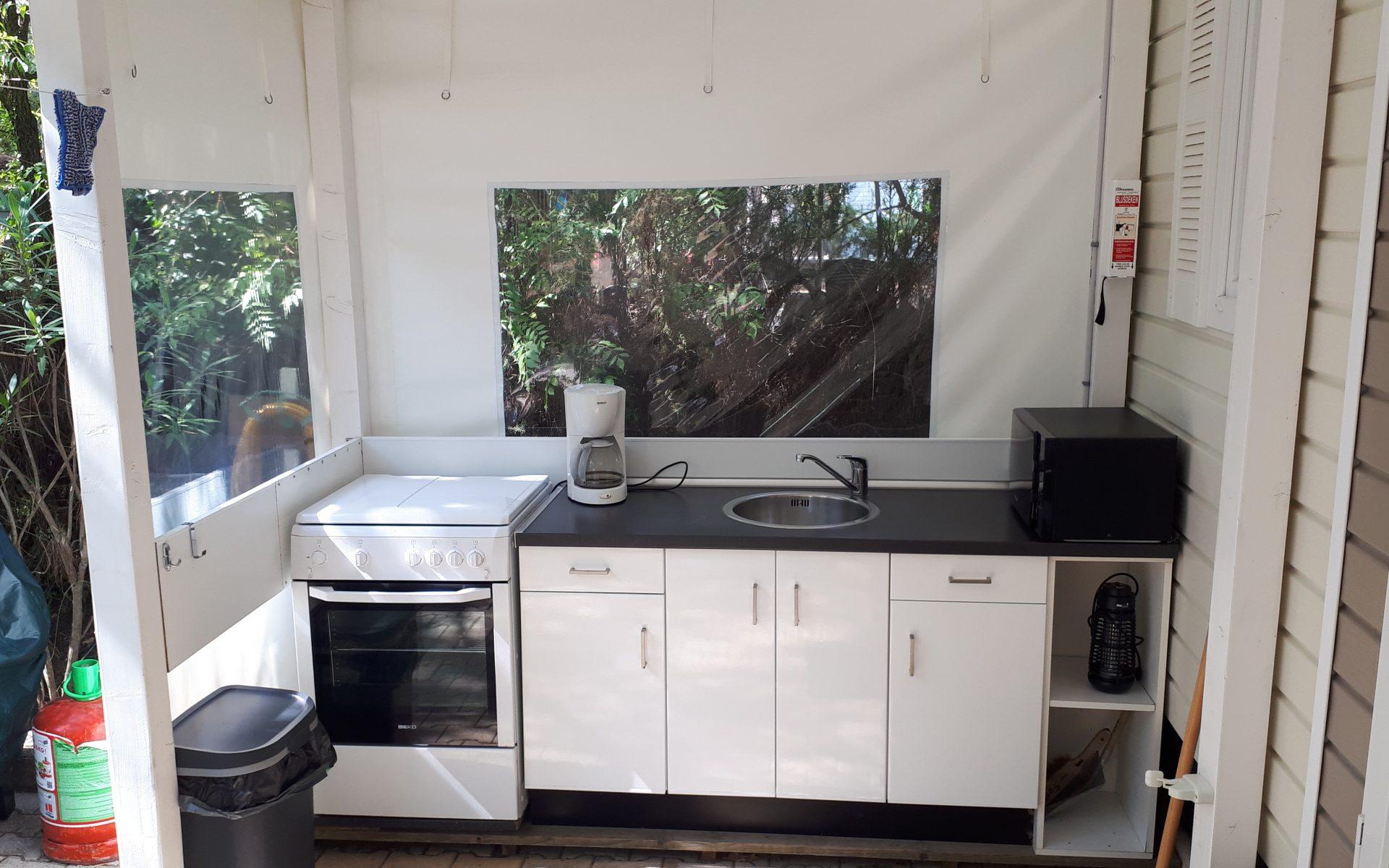 Buitenkeuken met gasstel, oven, magnetron en koffiezetapparaat