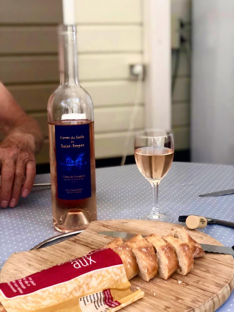 Stokbrood en wijn van campingwinkel
